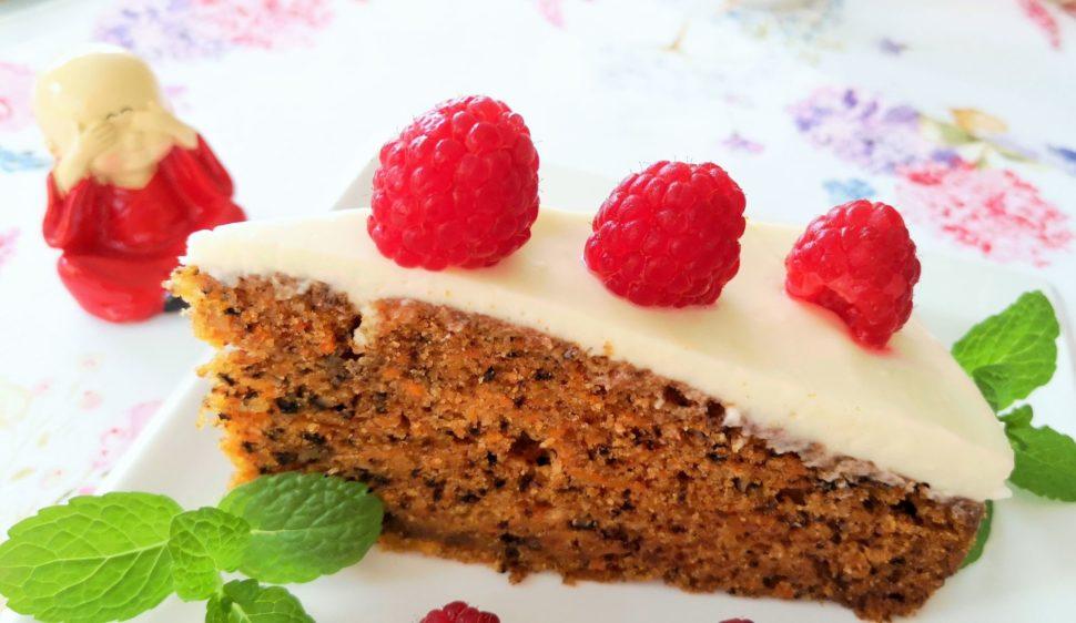 Vynikající mrkvový dort ozdobený malinami