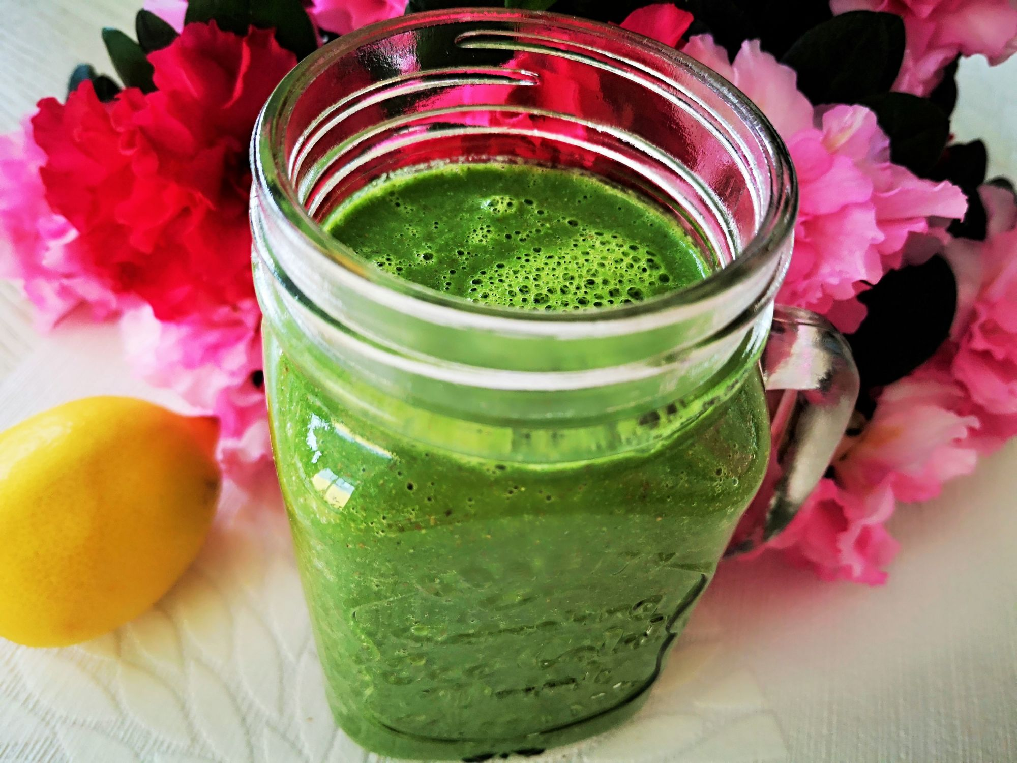 Zelené smoothie se špenátem, kiwi, jablkem, řapíkatým celerem, okurkou, banánem, citronem, zázvorem alněným semínkem