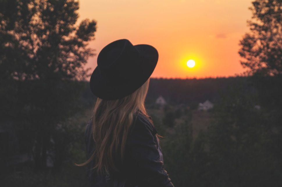 Žena uzápadu slunce