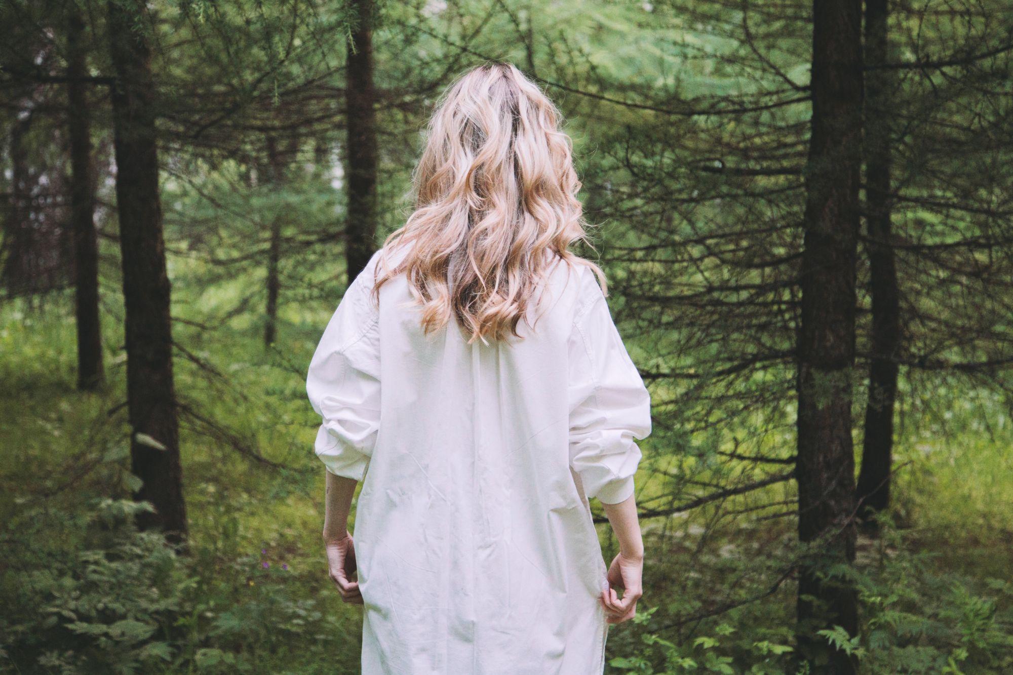 Žena jde dolesa meditovat